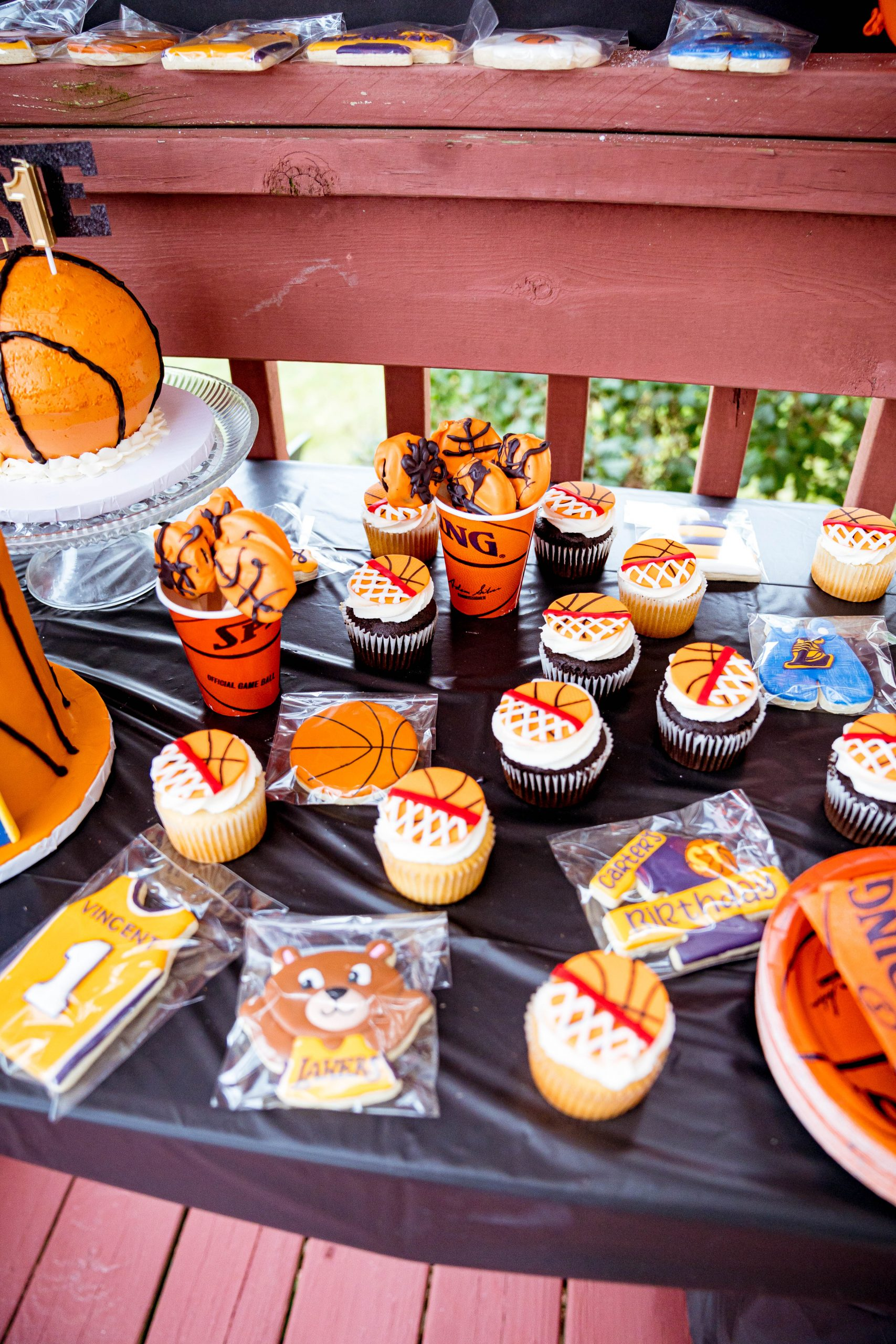 livinglesh basketball birthday party cupcakes and cookies